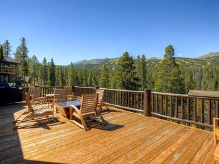Fantastic & spacious, ski-in/out retreat w/deck, gas grill, & private hot tub
