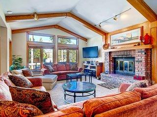 Elegant & spacious home w/mountain views, deck, gas grill, shared tennis/basket
