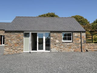 GARTH MORTHIN THE STABLES, pet-friendly, woodburner, WiFI, close to the beach