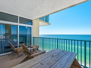 18th Floor Spacious condo, Beach service included, Minutes to dining