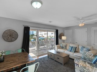 Lovely Condo, On-site pool, Walk to beach, Near shops and dining!