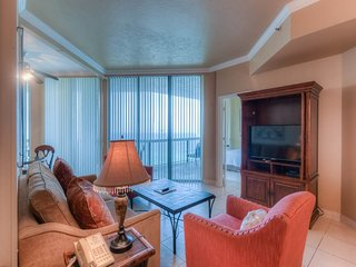 Cozy 15th-floor condo! Free beach chairs & umbrella! On-site pool!
