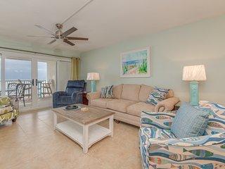 Large, Corner Condo, Directly On The Gulf, Close To Restaurants & Entertainment