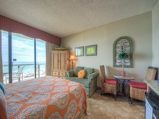 Bright, welcoming studio! Direct gulf-front views! Pool, hot tub & kiddie pool