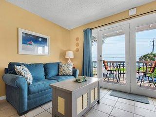 Cozy Condo, Private balcony, Across from beach!