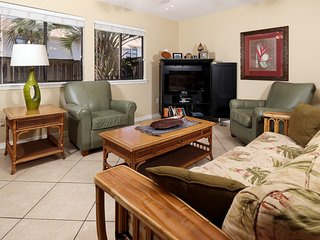 Condo w/ On-Site Pool, backyard and patio, Quick Walk To The Beach