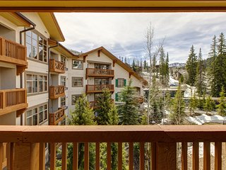 New listing! Stylish ski-in/ski-out condo w/ private balcony shared pool/hot tub