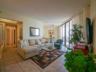Inviting 14th-floor condo! Pool & hot tub on-site!