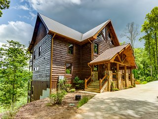 Luxurious cabin w/ river access & a private hot tub - mountain views!