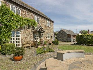FOXES DEN, barn conversion, en-suites, parking, shared courtyard in Gorran