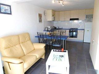 Appartement en rez-de-chaussée avec terrasse, proche de la plage.