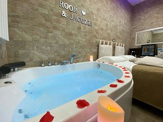 Room & Jacuzzi near Pompeii Ruins, Sorrento and Amalfi Coast. Wifi and parking.