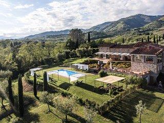 intero casale rinnovato con piscina , idromassaggi e giardino privati