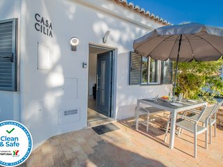 Idyllic villa just a short walk to the Vale do Lobo beach & Praca!!