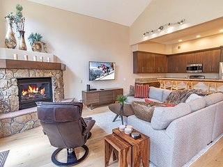 White Wolf 962 Townhome: Hot Tub, On Shuttle Route!