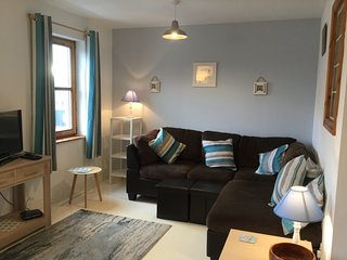 Cosy Seaside 2 bed Apt Center Moville, Close beach High speed WiFi, Netflix