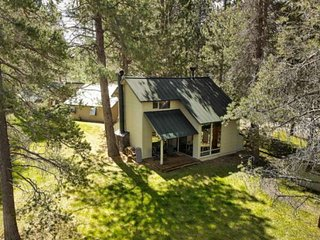 Cozy 2 BR cabin, 6 SHARC passes. Near bike path. Community pool. Fireplace. Perf