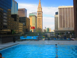 DENVER 2BD/2BA SUITE: SKYLINE VIEW, INCREDIBLE LOCATION AND AMENITIES