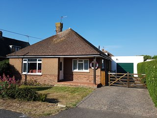 3 bed bungalow with parking a 2 minute walk to the beach and sea, dogs welcome!