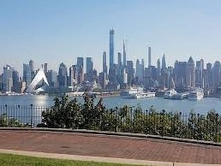 Beautiful 1 Bedroom Condo - Super close to NYC!