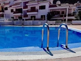 Moon Sunset View, bright apartment, international tv, free wifi, heated pool