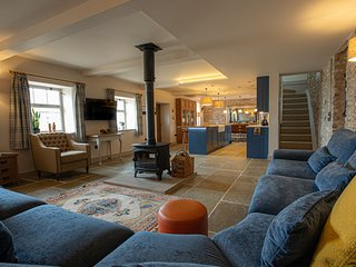 The Hayloft - sleeps 12 barn conversion - Nr. Bakewell