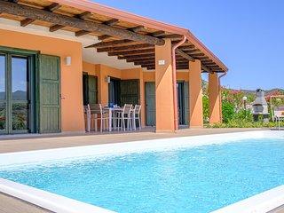 Raffinata villa con piscina per amanti del design nella splendida baia di Chia