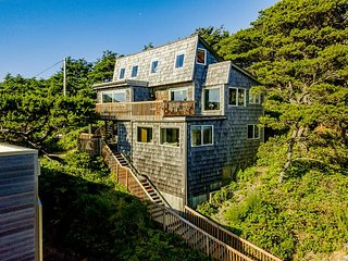 THE TREEHOUSE - NEW LISTING - Stunning views of the beach and mountain