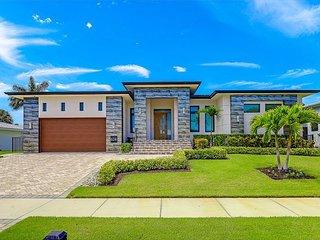 Modern home w/ outdoor kitchen & just 600 steps to beach/restaurants/shops