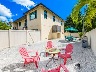 Beautiful! Walk to Lido Beach, Walk to Armand's Circle, Newer Build, Private Gar