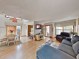 Charming Home w/ Private Hot Tub, Grill & Balcony, Walk to Crescent Beach