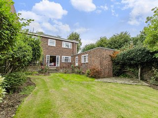 STAYCATION! SANITISED! 5*  DETACHED 5/6 BEDROOM HOUSE WITH LOVELY SUNNY GARDEN