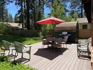 V23-Fantastic Tahoe cabin near the Lake with fenced backyard, hot tub, pets allo