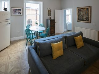 Regency Style in heart of Gloucester with secure parking Sleeps 4