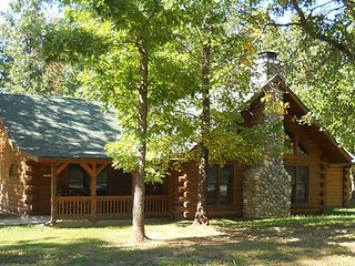 Spacious 3 bedroom cabin close to Branson/Sleeps up to 8