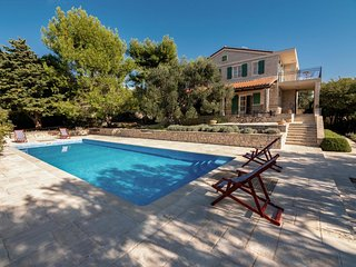Tovrnele Holiday Home Sleeps 8 with Pool and Air Con - 5859602