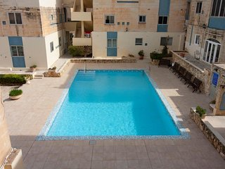 Central Apartment with Communal Pool - Free Wifi