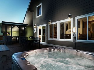 Relax riverside in Leavenworth! Hot Tub, WiFi, Fido OK and more!