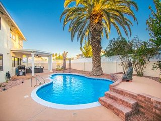 Palm Tree Paradise! Luxurious 4 Bd with Sparkling Swimming Pool!