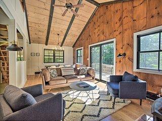 NEW! Sleek Cabin w/Deck 8Mi to Mount Snow & Hikes!