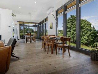 Modern Custom Vineyard Cottage, Epic Views, Huge Decks, BBQ, Ping Pong, EV Charg