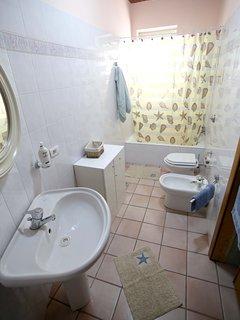 Bagno molto luminoso e dotato di ogni dettaglio utile per il vostro soggiorno, compreso i phone!!