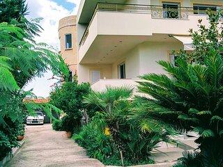 Metropolitan Home-Ideal Location Near the Beach