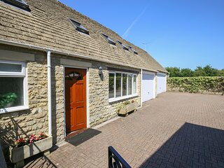COURTYARD COTTAGE, 2 bedrooms and perfect for small families, Bibury
