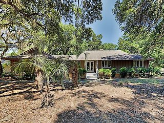 Five Oaks Coastal Cottage in Seabrook Island w/ Huge Deck & Fairway Views