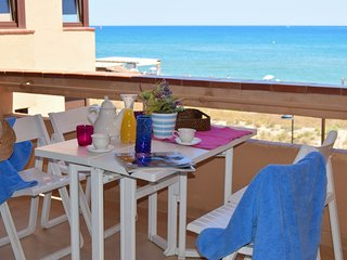 H5-Apartment in front of the beach - Two  double rooms . - Com. pool