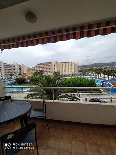Terraza frente a piscinas