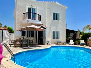 VILLA ALICIA priv. pool, beautiful garden, shady veranda - 5 min to the beach