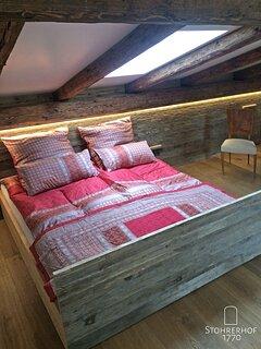 Bett im Nordflügel im Penthouse Gut Stohrerhof am Ammersee