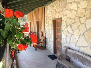 Charming Lantana Inn - Sleeps 4 - In the Heart of Leakey